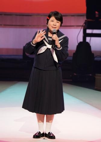 セーラー服を着て熱唱する森昌子=『爆笑!コントで綴る昭和歌謡パート3』