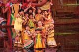 10人で「パプリカ」を披露したFoorin+Foorin team E=『ABUソングフェスティバルin東京〜アジア太平洋のスター競演〜』NHK総合で12月28日放送(C)NHK