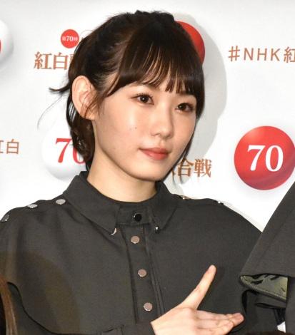 『第70回NHK紅白歌合戦』の囲み取材に参加した小池美波 (C)ORICON NewS inc.