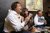 スナックのカラオケで新曲を披露する香取慎吾=1月2日放送、『出川哲朗の充電させてもらえませんか?』新春3時間スペシャル(C)テレビ東京