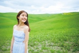 イタリアの田園風景の中、白いワンピースを着てほほえむ新木優子(2nd写真集『honey』より)