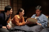 連続テレビ小説『スカーレット』第13週・第75回より。家族みんなで絵付けをした大皿を見つめる常治(北村一輝)(C)NHK