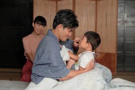 連続テレビ小説『スカーレット』第13週・第73回より。4歳になる孫の武志と(C)NHK