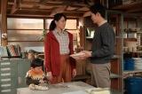 連続テレビ小説『スカーレット』第13週・第74回より。常治(北村一輝)ために器を作ろうと言い出した喜美子(戸田恵梨香)に「同じことを考えていた」と素焼きの器を用意していた八郎(松下洸平)(C)NHK