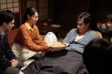 連続テレビ小説『スカーレット』第13週・第75回より。マツタケご飯で器の絵が見えないという常治(北村一輝)(C)NHK