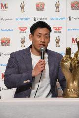 『M-1グランプリ2019』で優勝し、15代目王者となったミルクボーイ・駒場孝(C)M-1グランプリ事務局
