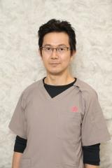 『トップナイフ -天才脳外科医の条件-』で地上波ドラマに初レギュラー出演するアキラ100%(C)日本テレビ