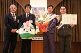 天王寺区役所を表敬訪問したミルクボーイ(右から)駒場孝、内海崇
