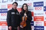 アイスダンスに転向したフィギュアスケーターの高橋大輔がアイスショー『ICE EXPLOSION 2020』に登場。ゲストアーティストの宮本笑里(ヴァイオリニスト)と(C)テレビ東京