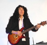 """クイーン""""ブライアン""""コスプレでギター演奏したモト冬樹 (C)ORICON NewS inc."""