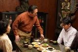 (左から)朴里美(キムラ緑子)、安哲圭(石橋凌)、安和隆(柄本佑)。医学生になった和隆は、精神科に進むことを父・哲圭に打ち明けるも猛反対される=土曜ドラマ『心の傷を癒すということ』(1月18日スタート)(C)NHK