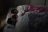 子どもが生まれ幸せに暮らす中、1月17日午前5時46分、阪神・淡路大震災が発生する=土曜ドラマ『心の傷を癒すということ』(1月18日スタート)(C)NHK