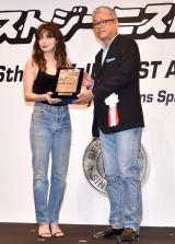 第36回『ベストジーニスト2019』の「協議会選出部門」に選出された長谷川京子(左) (C)ORICON NewS inc.