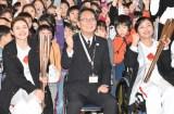 『東京2020聖火リレー公式アンバサダー学校訪問イベント』に出席した(左から)石原さとみ、小宮豊校長、田口亜希選手 (C)ORICON NewS inc.