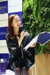 『ギャラリークレヴィア新宿』レセプションパーティーのトークショーに登場したMC・レイチェル・チャン