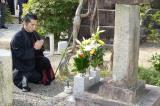 斎藤家の菩提寺、常在寺で手を合わせる本木雅弘(C)NHK