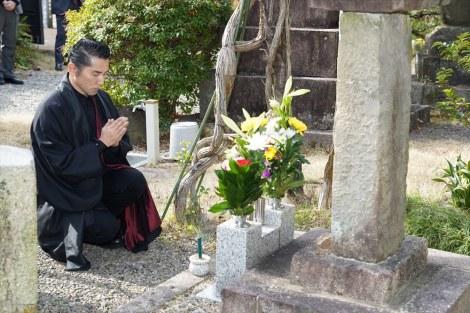 大河ドラマ『麒麟がくる』斎藤家の菩提寺、常在寺で手を合わせる本木雅弘(C)NHK