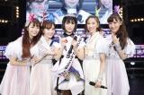 CROWN POP・三田美吹(中央)と共に写真に写るももいろクローバーZ