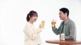 「一番搾り」新CMに出演中の指原莉乃(左)と堤真一(右)