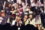 立ち尽くして泣く山内瑞葵に駆け寄る村山彩希=AKB48 57thシングル(3月18日発売)選抜メンバーをサプライズ発表 (C)ORICON NewS inc.