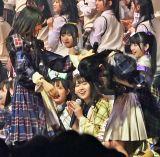 山内瑞葵の初センターを祝福する村山彩希=AKB48 57thシングル(3月18日発売)選抜メンバーをサプライズ発表 (C)ORICON NewS inc.