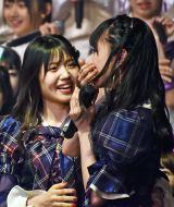 ぼう然とする山内瑞葵と祝福する村山彩希=AKB48 57thシングル(3月18日発売)選抜メンバーをサプライズ発表 (C)ORICON NewS inc.