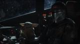 マンダロリアンとザ・チャイルドの船の中での心温まるワンシーン=『マンダロリアン』第4話より(ディズニーデラックスで国内独占配信中)(C)2019 Lucasfilm Ltd. All Rights Reserved.