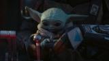 コクピットのレバーの先の球体が大好きなザ・チャイルド=『マンダロリアン』第4話より(ディズニーデラックスで国内独占配信中)(C)2019 Lucasfilm Ltd. All Rights Reserved.