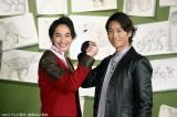 『リュウソウジャー』にマスターブラックで出演する永井大と握手をする一ノ瀬颯