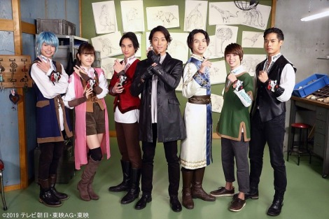 『リュウソウジャー』にマスターブラックで出演する永井大(中央)とリュウソウジャーたち