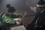 大河ドラマ『麒麟がくる』第2回(1月26日放送)より。斎藤道三(本木雅弘)に堺で手に入れた鉄砲を渡す光秀(長谷川博己)(C)NHK