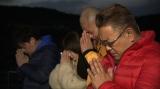 奇跡の一本松(岩手・陸前高田市)の前で黙祷する4人