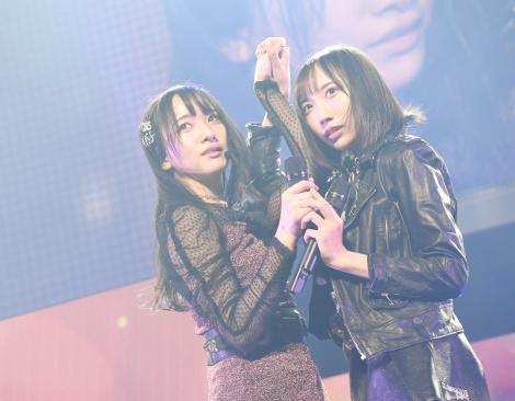 仲良しの薮下楓と「友達でいられるなら」を披露=『STU48 石田千穂ソロコンサート〜いえっ!に帰るまでがちほコンです。〜』より(C)AKS