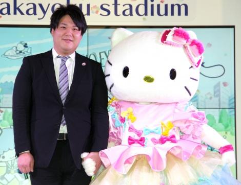 『SANRIO EXPO 2020』の記者会見に出席した(左から)辻朋邦専務、ハローキティ (C)ORICON NewS inc.
