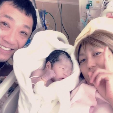 サムネイル かりすま〜ず・あゆ(右)が第2子女児を出産(写真は幹てつや公式ブログより)