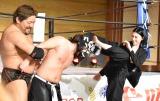 プロレス参戦でレスラーにハイキックをお見舞いした三吉彩花(右) (C)ORICON NewS inc.