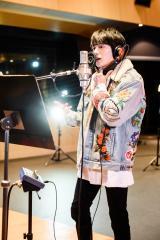 日本語と英語をミックスして歌う新田真剣佑 Photo by Masanori Naruse