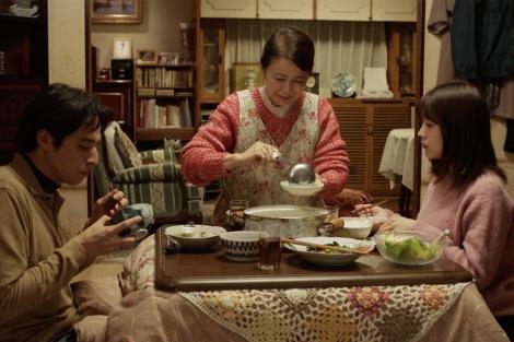 WOWOWのオムニバスドラマ『有村架純の撮休』(3月20日スタート)第1話より。実家の母(風吹ジュン)のもとへ見知らぬ男・誠(満島真之介)が訪ねてくる。3人はぎこちない雰囲気の中、食卓を囲む(C)WOWOW