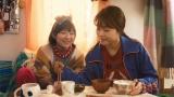 第2話より。架純(有村架純)の出演するドラマを観ながら、親友・優子(伊藤沙莉)が作った朝ごはんを食べる(C)WOWOW
