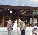 2月11日放送、『バナナマンのドライブスリー』に白石麻衣が初登場。東京・乃木神社を参拝する3人(C)テレビ朝日