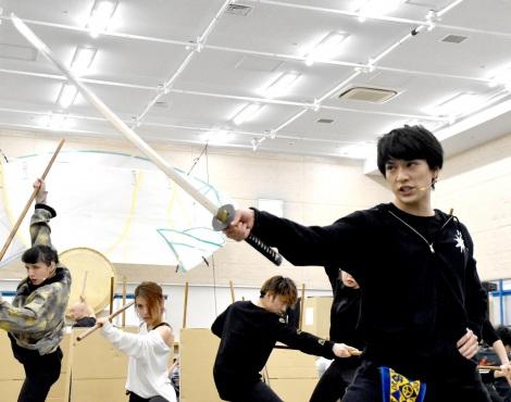 詰めかけた報道陣を前にキレキレの殺陣を披露した新田真剣佑 (C)ORICON NewS inc.