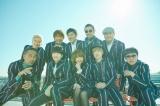 おそろいのカラーストライプスーツを身にまとったaiko&東京スカパラダイスオーケストラ