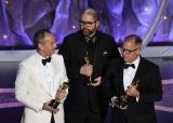 『トイ・ストーリー4』が長編アニメ映画賞を受賞(左から)ジョナス・リヴェラ、ジョシュ・クーリー、マーク・ニールセン=WOWOW『生中継!第92回アカデミー賞授賞式』より(C)Getty Images