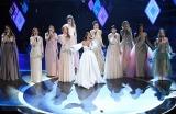日本人として初めて『アカデミー賞』で歌唱パフォーマンスを披露した松たか子(右から4人目)=WOWOW『生中継!第92回アカデミー賞授賞式』より(C)Getty Images