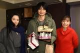 火曜ドラマ『10の秘密』の撮影現場で誕生日を祝われた向井理(中央)、仲間由紀恵(左)、仲里依紗(右) (C)カンテレ