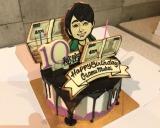 曜ドラマ『10の秘密』の撮影現場に登場した向井理の誕生日ケーキ (C)カンテレ