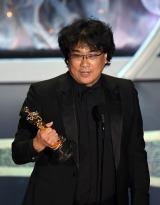 国際長編映画賞のオスカー像を手にスピーチするポン・ジュノ監督(C)Getty Images