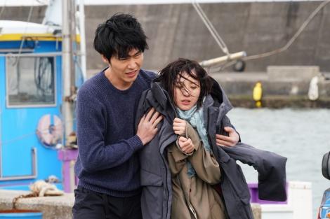 水曜ドラマ『知らなくていいコト』に出演する柄本佑と吉高由里子 (C)日本テレビ