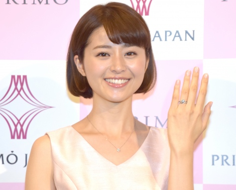 サムネイル 2017年にイベントで結婚指輪を試着した鈴木ちなみ (C)ORICON NewS inc.