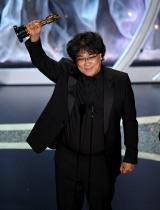 『第92回アカデミー賞』でトロフィーを掲げるポン・ジュノ監督(Photo by Kevin WinterGetty Images)